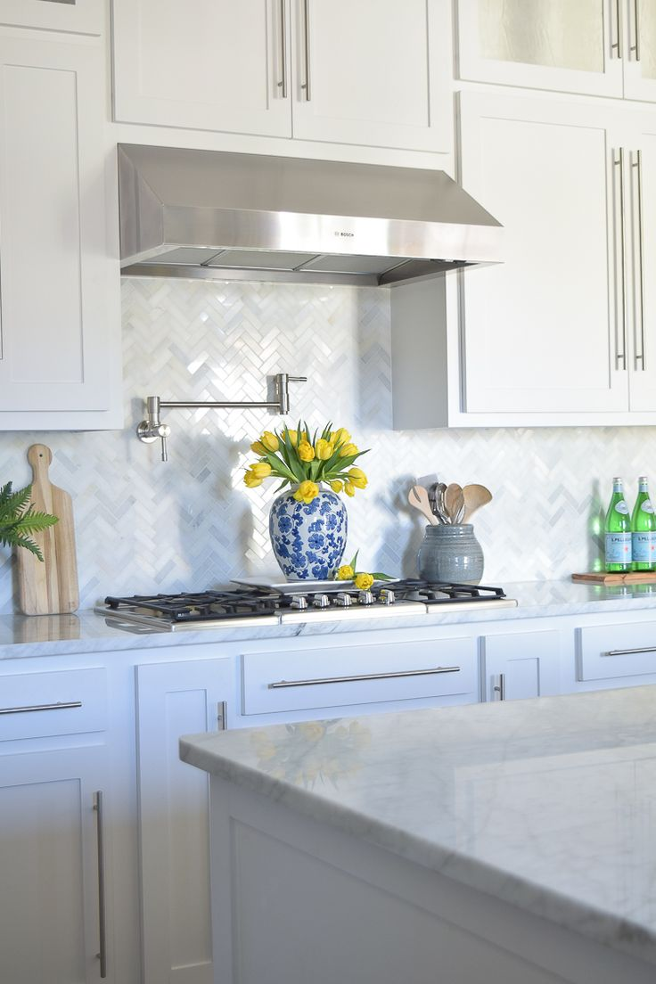 Kitchen Backsplash Design with White Cabinets